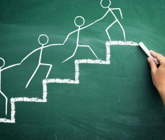 persone-che-si-aiutano-salendo-le-scale