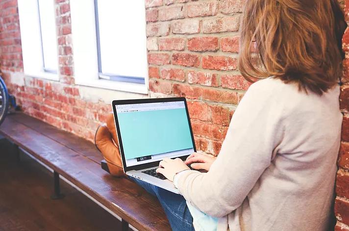 Zachowując bezpieczeństwo podczas randek online